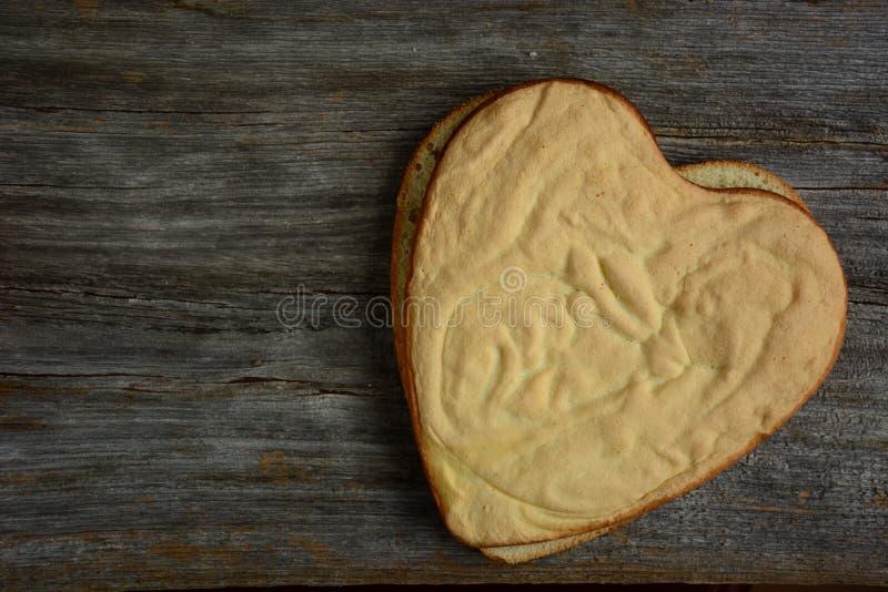 Gâteau de chocolat en forme de coeur avec la tranche de banane image stock
