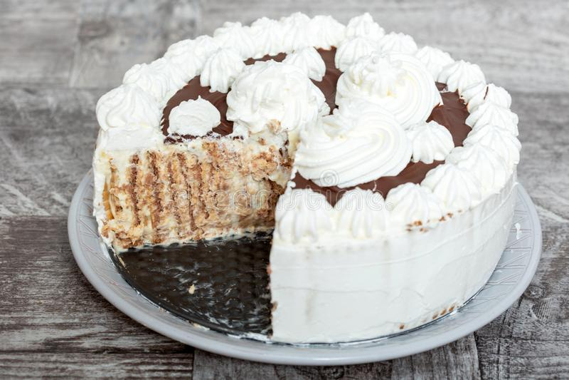 Gâteau de chocolat et de crème de Whiped images libres de droits