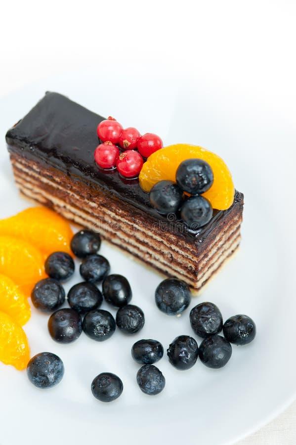 Gâteau de chocolat et de fruit images libres de droits