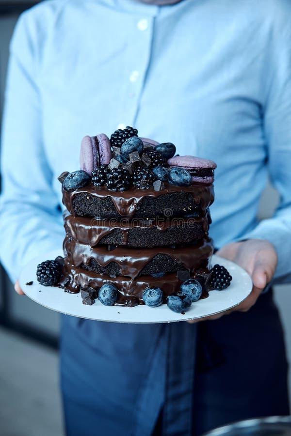 Gâteau de chocolat fait maison délicieux frais avec des baies et des macaronis image libre de droits
