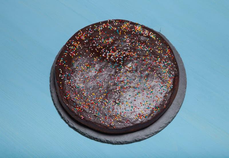 Gâteau de chocolat fait maison sur le fond en bois bleu photographie stock libre de droits