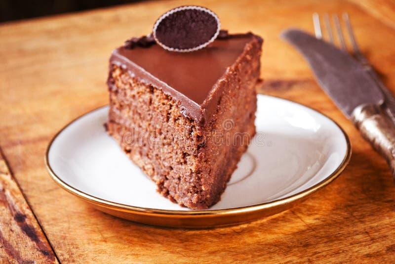Gâteau de chocolat foncé avec le givrage crème fouetté photos stock
