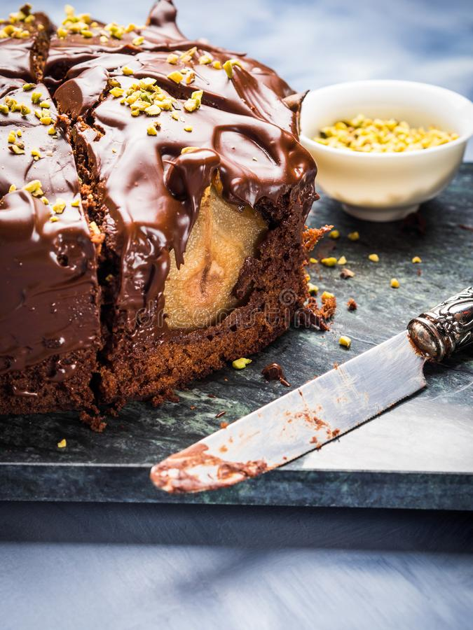 Gâteau de chocolat foncé avec les poires et la pistache images stock