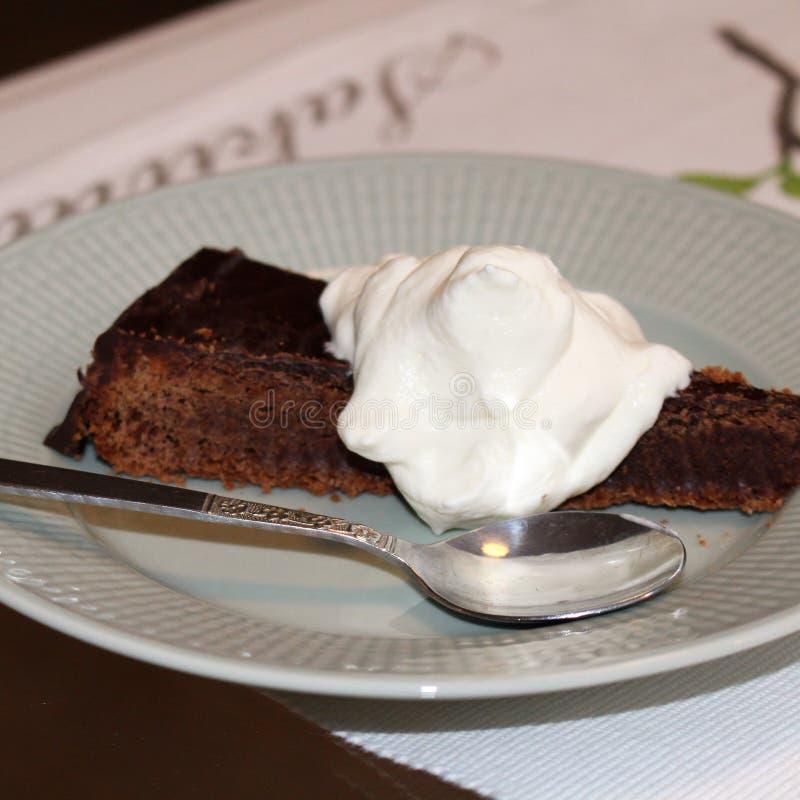 Gâteau de chocolat français avec la crème fouettée photos libres de droits