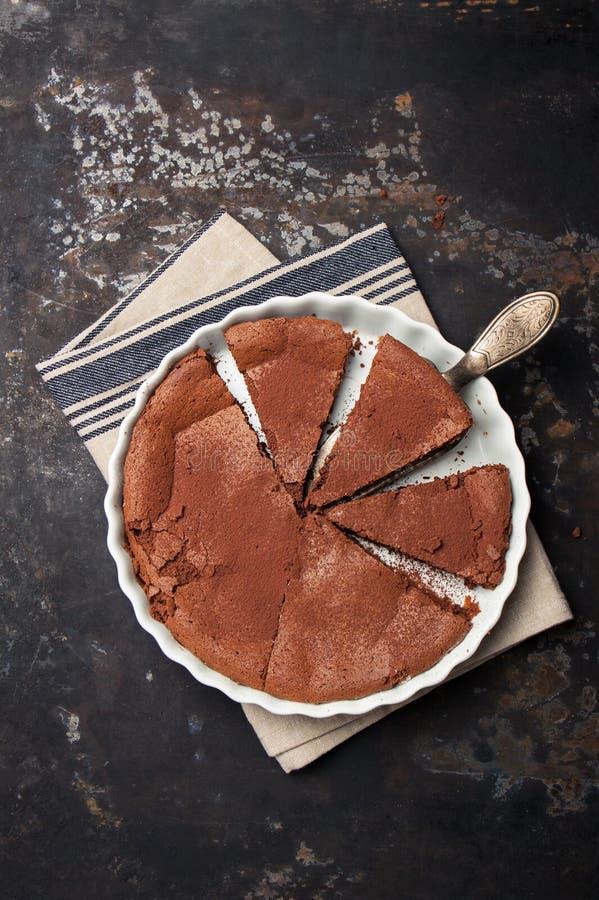 Gâteau de chocolat italien fait maison avec du fromage de ricotta et le chocolat de noir photo stock