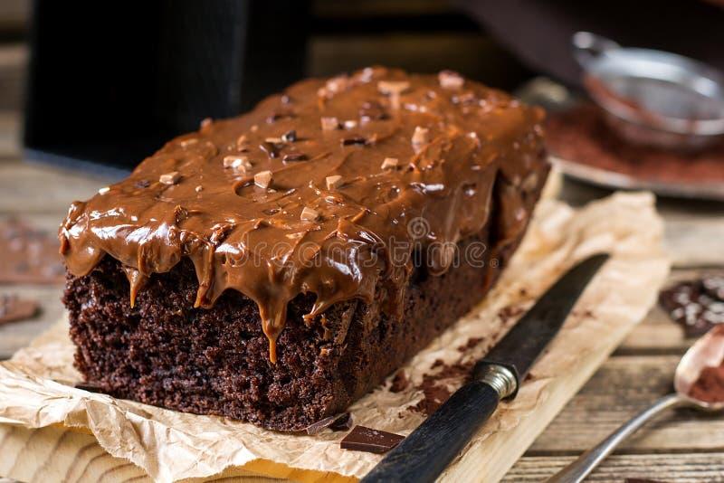 Gâteau de chocolat moite avec le lustre d'écrimage de chocolat au lait image stock