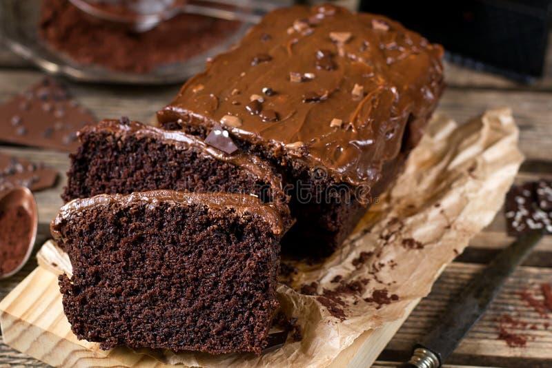 Gâteau de chocolat moite avec le lustre d'écrimage de chocolat au lait photographie stock