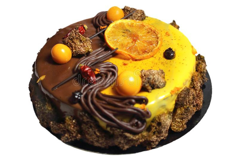 Gâteau de chocolat orange avec l'orange et le physalis glacés image stock