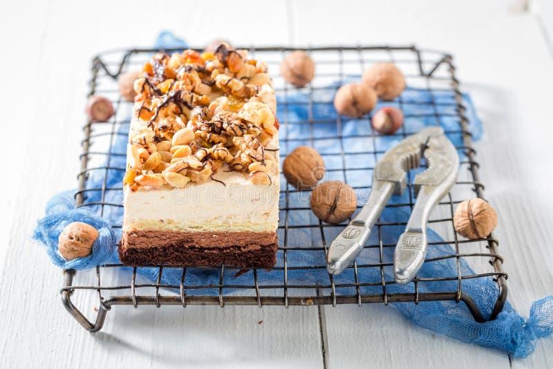 Gâteau de chocolat savoureux avec de la crème brune et blanche image stock