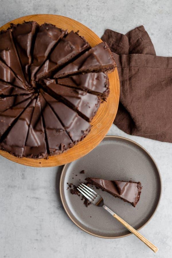 Gâteau de chocolat savoureux découpé en tranches sur le fond gris photo libre de droits