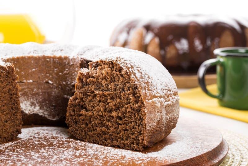 Gâteau de chocolat sur la table avec le gâteau à la carotte à l'arrière-plan image libre de droits