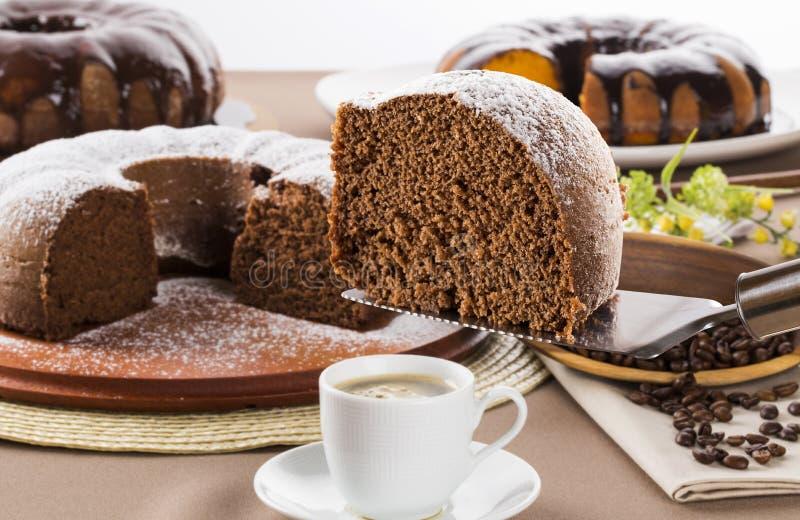 Gâteau de chocolat sur la table avec le gâteau à la carotte à l'arrière-plan photos libres de droits