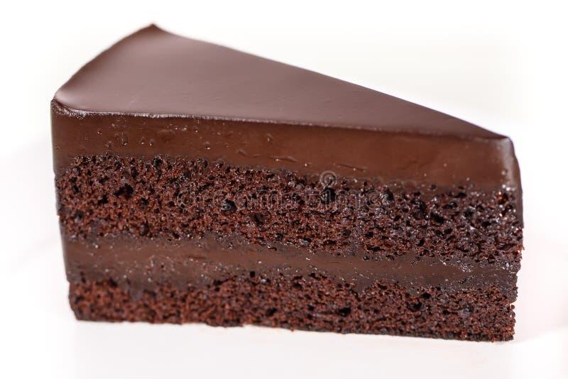 Gâteau de chocolat sur le plat blanc photographie stock libre de droits