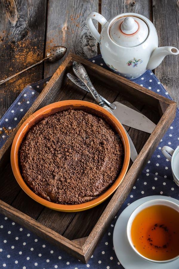 Gâteau de Chokolate dans la boîte en bois et la tasse de thé images libres de droits