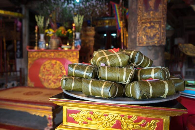 Gâteau de Chung sur l'autel dans la maison communale de vieux village Gâteau de riz visqueux carré cuit, nourriture lunaire vietn photographie stock