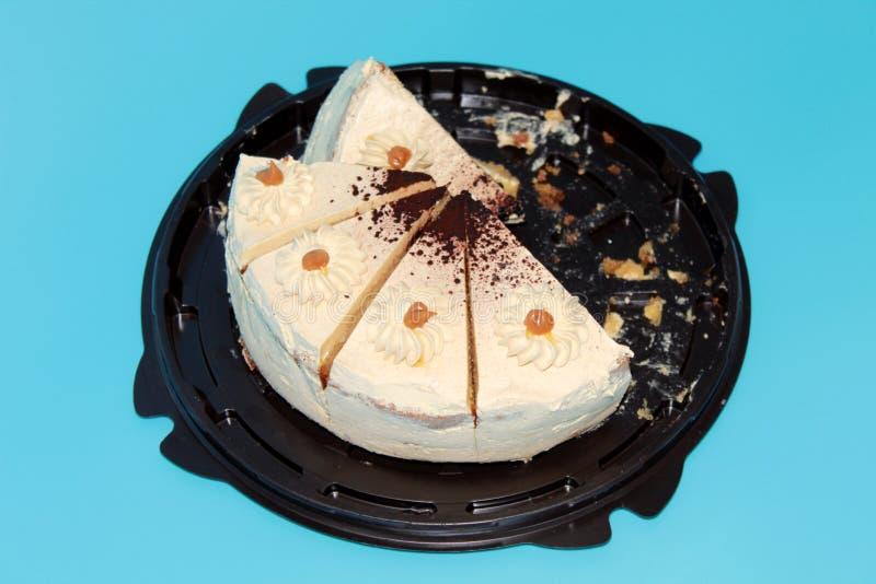 Gâteau de cinq parties sur un fond bleu photo stock