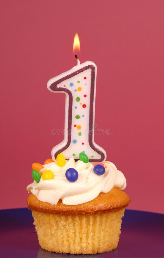 Gâteau de citron avec le buttercream et l'a # 1 bougie photographie stock