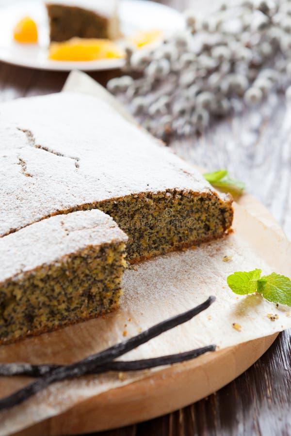 Gâteau de clou de girofle avec du sucre en poudre sur le dessus photographie stock