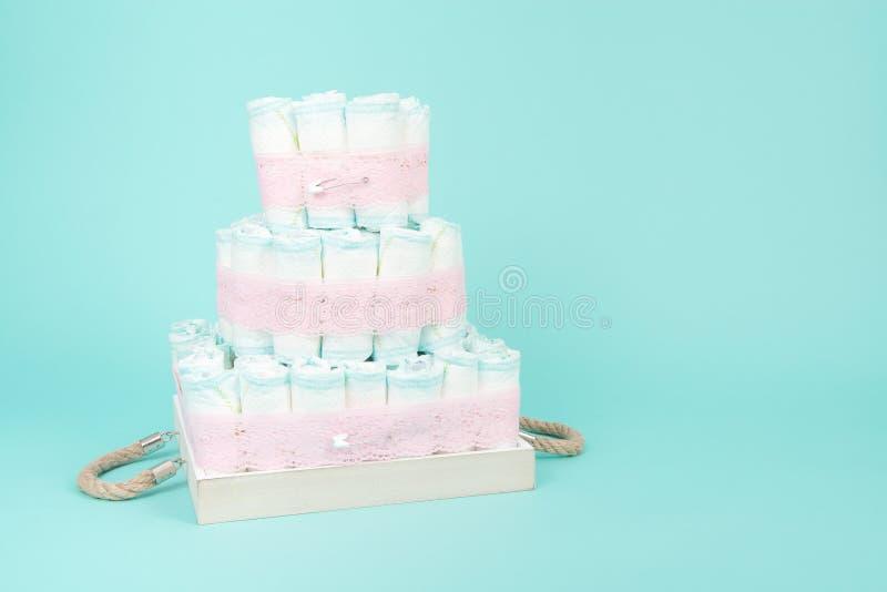 Gâteau de couche-culotte sur un fond bleu photographie stock libre de droits