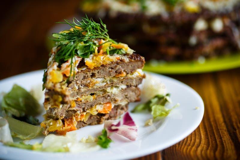 Gâteau de couche de tarte de foie bourré des carottes photographie stock libre de droits