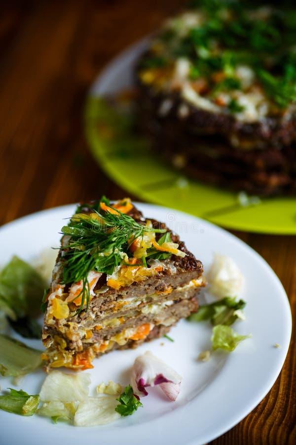 Gâteau de couche de tarte de foie bourré des carottes image stock
