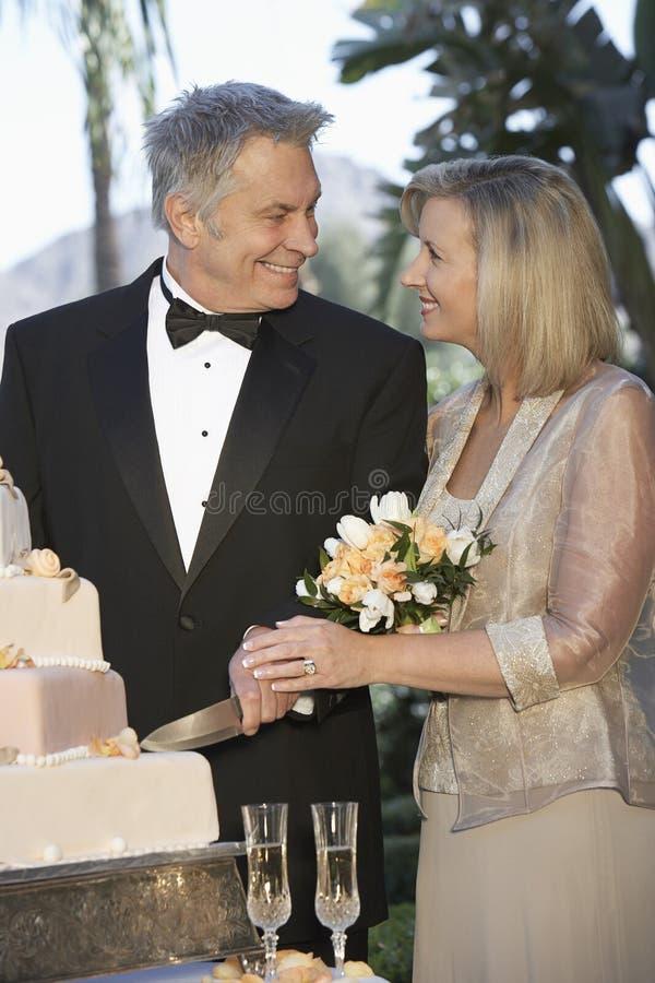 Gâteau de coupe de couples ensemble photo libre de droits