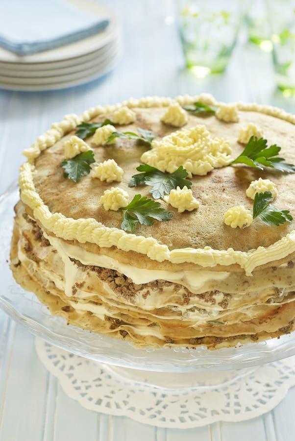 Gâteau de crêpe avec du foie, la crème sure et le persil photos stock