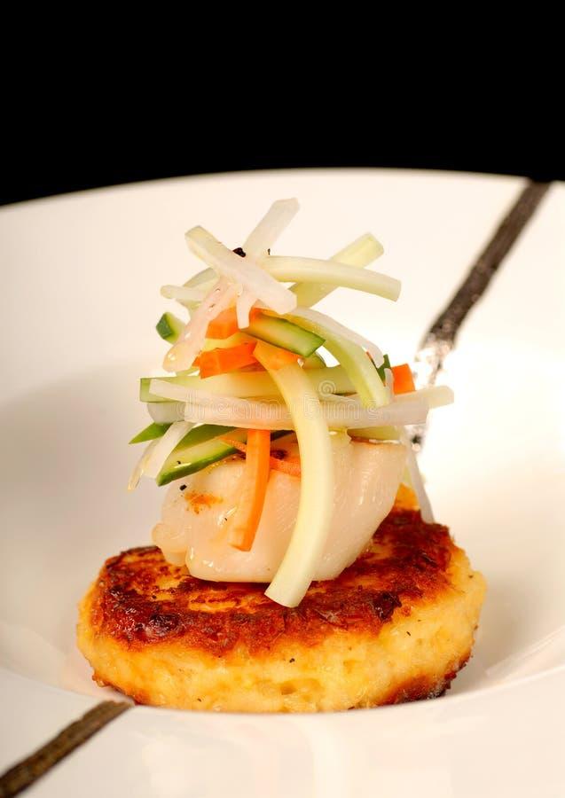 Gâteau de crabe asiatique avec de la salade de feston et de légume photographie stock libre de droits