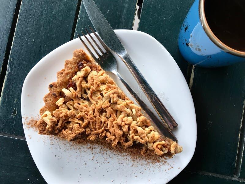 Gâteau de croustillant d'Apple/tarte faits maison de miette au café/au café photo libre de droits