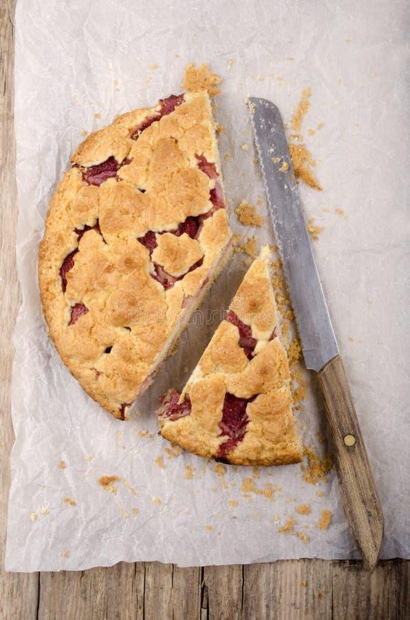 Gâteau de croustillant de fraise et un couteau photos libres de droits