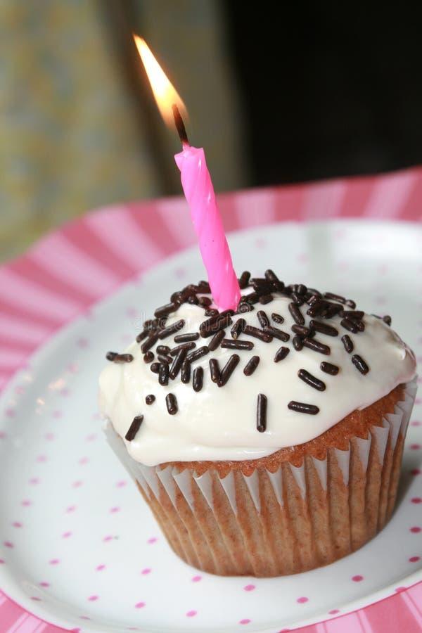 Gâteau de cuvette d'anniversaire photo libre de droits