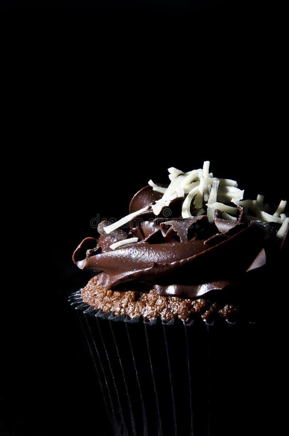 Gâteau de cuvette de Chocaolate dans l'obscurité photo stock