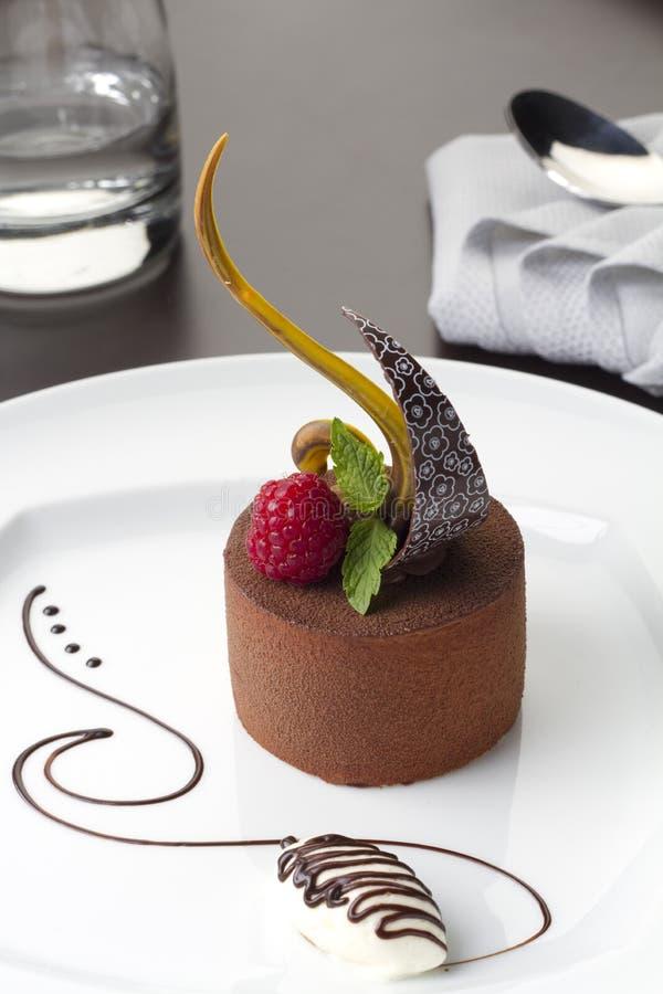 Gâteau de désert de chocolat avec la framboise image libre de droits