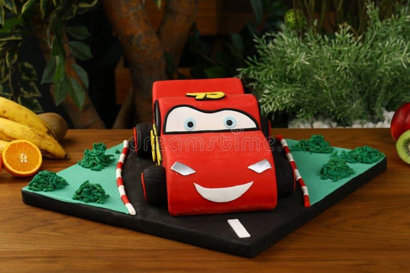 Gâteau de fête d'anniversaire d'enfants - concept de voiture photographie stock