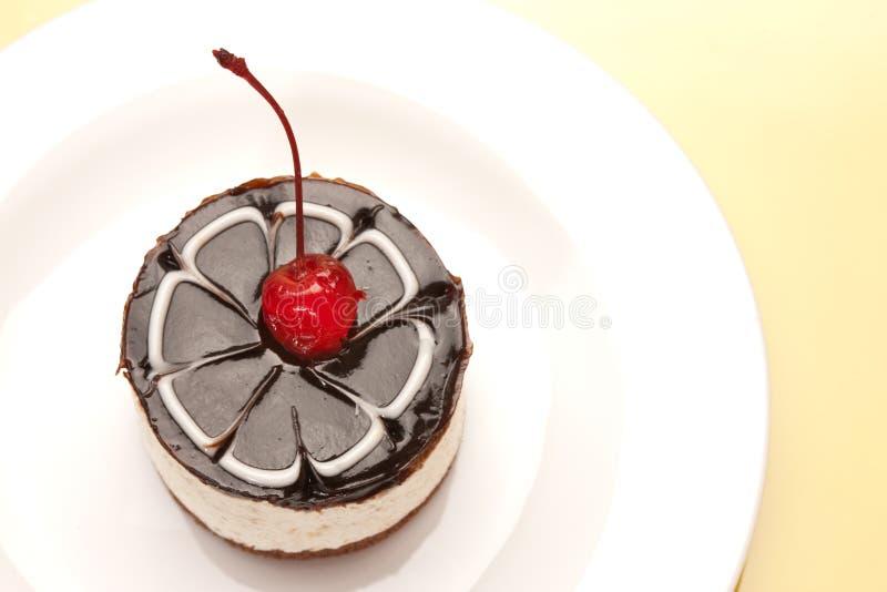 Gâteau de fantaisie avec la cerise images libres de droits