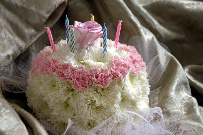 Download Gâteau de fleur photo stock. Image du rose, fleurs, bougies - 2129272