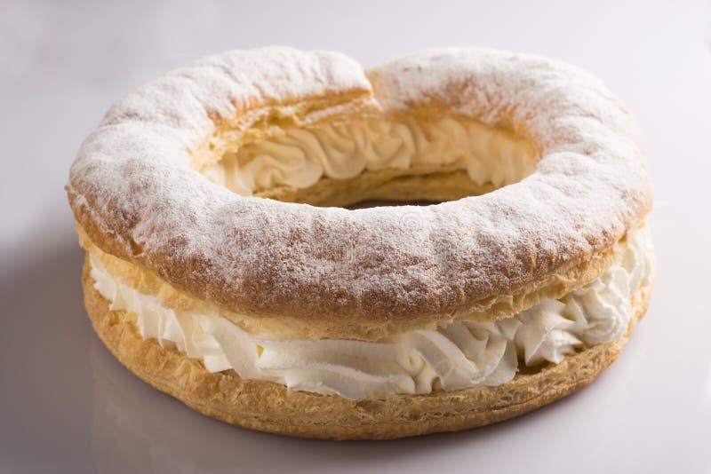 Gâteau de forme annulaire avec le remplissage crème photographie stock