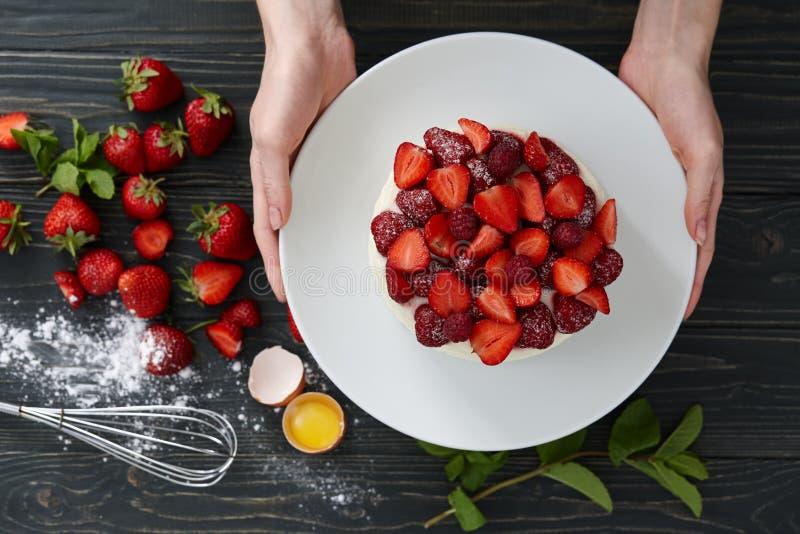 Gâteau de fraise avec les baies fraîches sur le fond foncé image stock