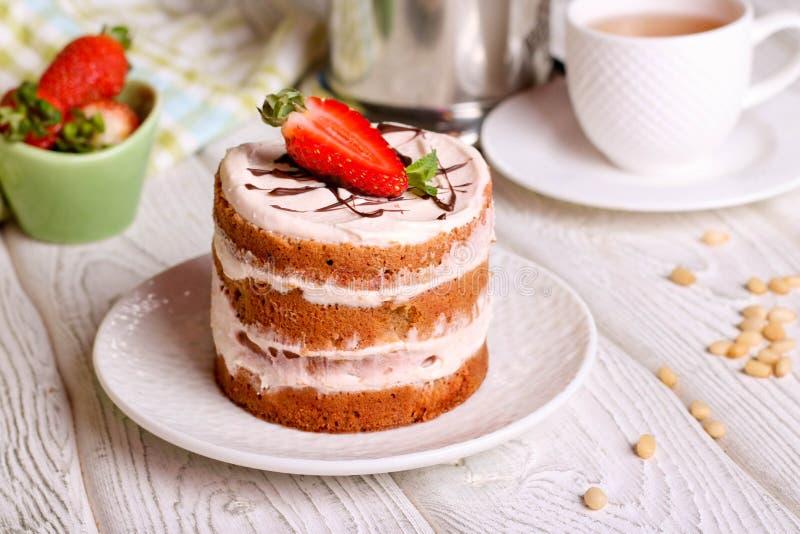 Gâteau de fraise d'un plat blanc Dessert fait maison d'été photos stock