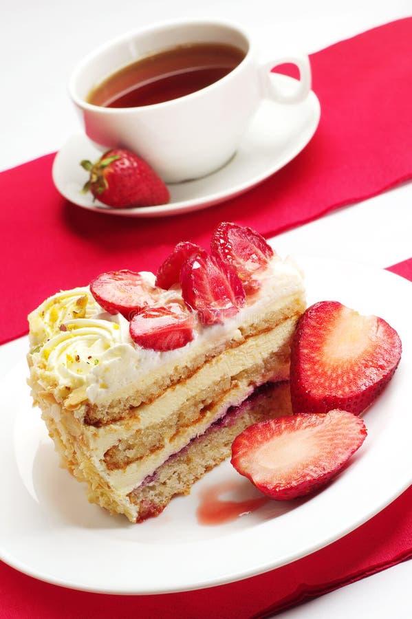 Gâteau de fraise et tasse de thé photographie stock libre de droits