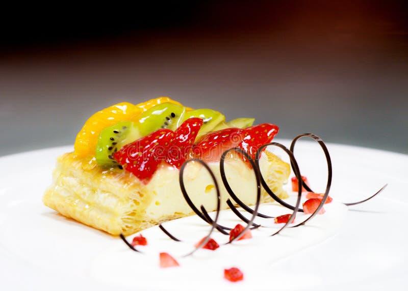Gâteau de fruit avec la fraise, le kiwi, la baie et les pêches, les framboises, l'orange et d'autres fruits photos libres de droits