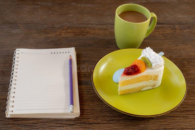 Gâteau de fruit d'un plat vert photos stock