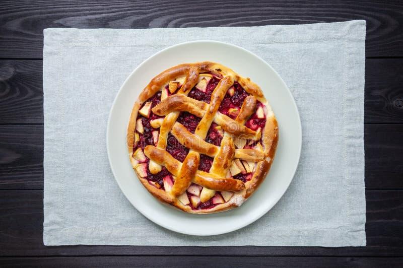 gâteau de fruit dans un plat sur un fond en bois foncé images libres de droits
