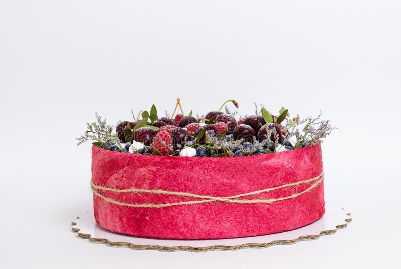 Gâteau de fruit de biscuit de mariage de Rose avec des baies et un certain vert photos stock