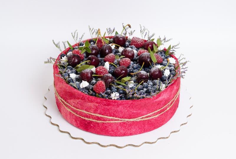 Gâteau de fruit de biscuit de mariage de Rose avec des baies et un certain vert images stock