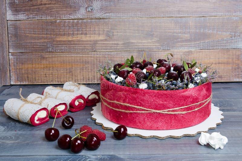 Gâteau de fruit de biscuit de mariage de Rose avec des baies et un certain vert image stock