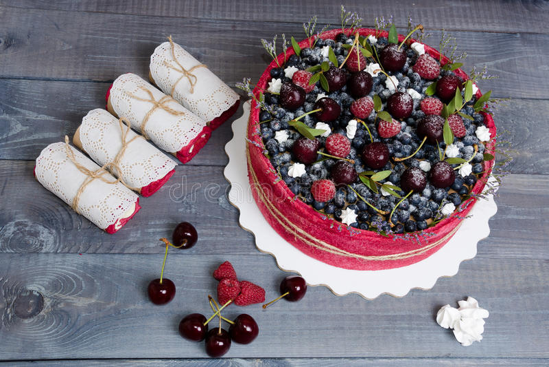 Gâteau de fruit de biscuit de mariage de Rose avec des baies et un certain vert photos libres de droits