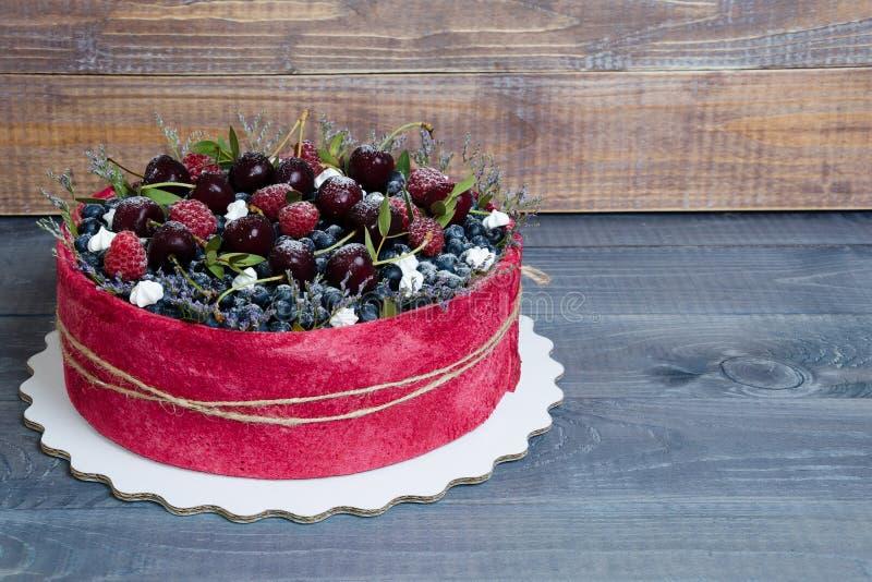 Gâteau de fruit de biscuit de mariage de Rose avec des baies et un certain vert images libres de droits