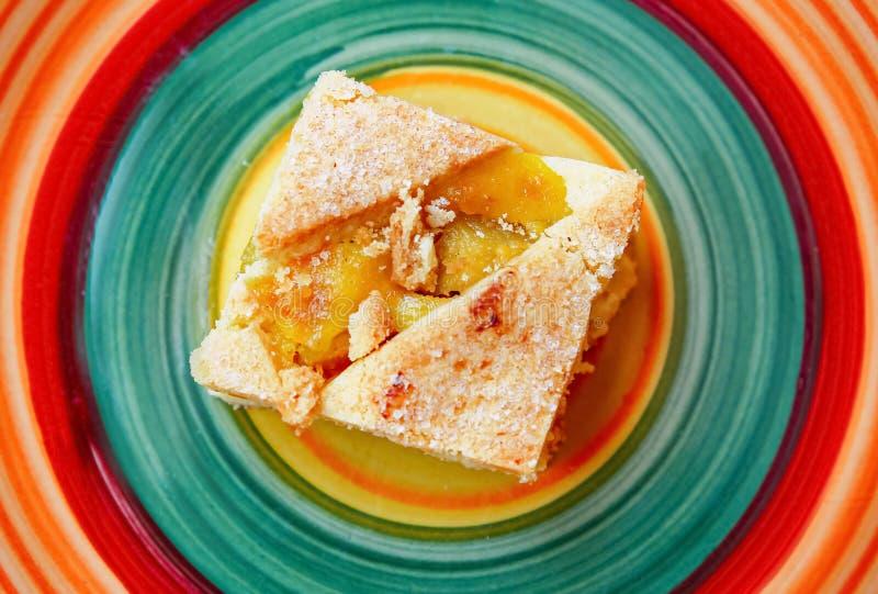 Gâteau de fruit et plat de couleur photos stock