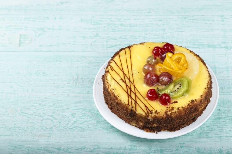 Gâteau de fruit sur la table image stock